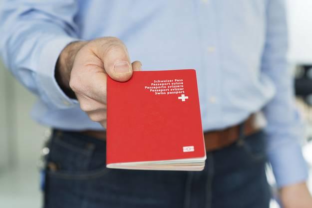 Der Schweizer Pass löst erneut eine Kontroverse um Einbürgerungen aus.