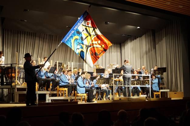 Zu Beginn des Konzerts wird die Flagge geschwungen.