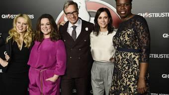 """Leslie Jones - hier rechts zusammen mit """"Ghostbusters""""-Regisseur Paul Feig und einem Teil des Casts - ist zu Twitter zurückgekehrt, nachdem sie viele Fans und Promis nach gemeinen Kommentare getröstet hatten. (Archivbild)"""
