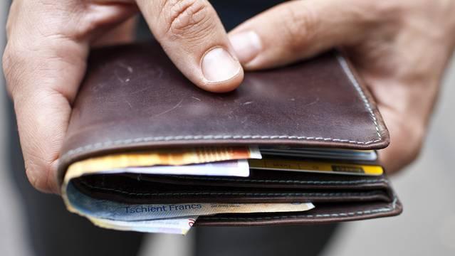 Ein Unbekannter wollte das Portemonnaie einer Praxisangestellten rauben. (Symbolbild)