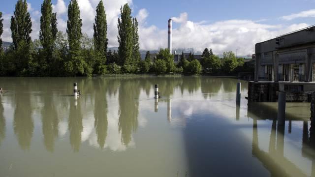 Die Aare führt Hochwasser beim Stauwehr in Port bei Biel