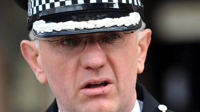 Ein Polizeivertreter der Behörden des Distriktes Manchester informiert über den Prozess