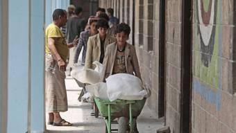 Geflüchtete im kriegsgebeutelten Jemen erhalten Nahrungsmittel des «World Food Programme».