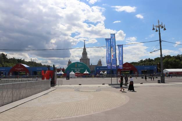 FIFA-Fan-Fest in Moskau mit der Moscow State University im Hintergrund