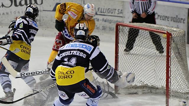 Thomas Nüssli (hinten) bezwingt Ambri-Goalie Thomas Bäumle zum 1:0