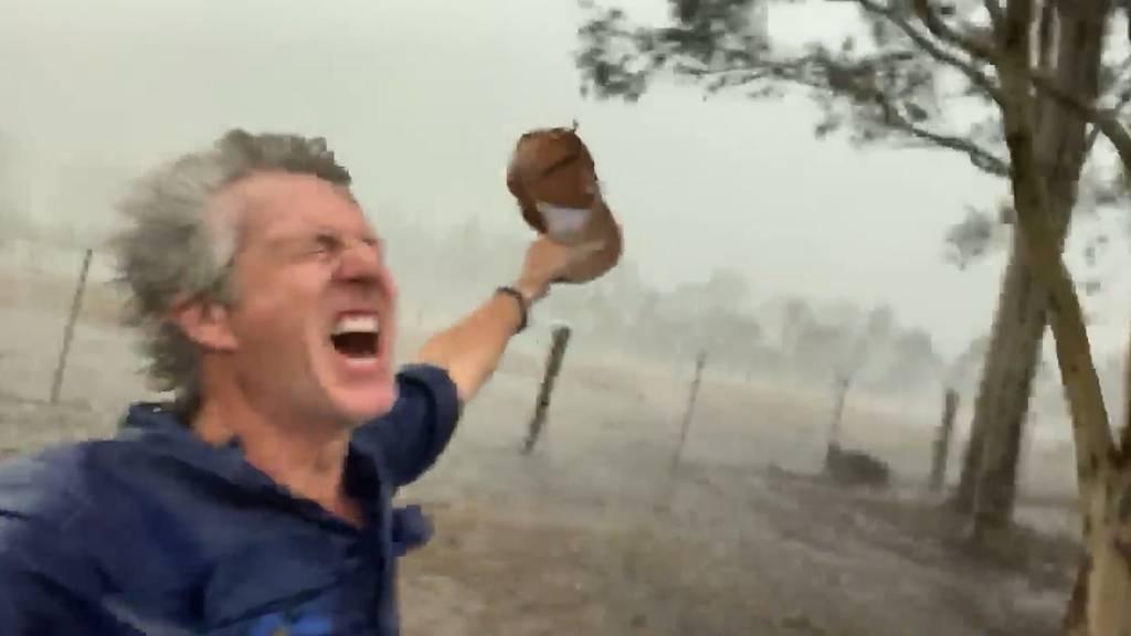 Australischer Bauer freut sich über sintflutartige Schauer