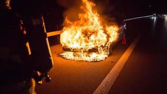 Am Montagabend brannte auf der Autobahn A4 in der Nähe von Baar ZG ein Auto lichterloh.