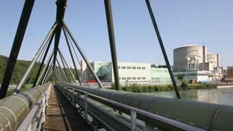 Über diese Brücke führen die Refuna-Leitungen mit der Fernwärme ab dem AKW Beznau mit den beiden Blöcken. (Archiv)