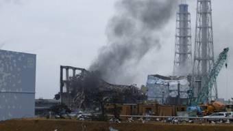 Rauch steigt auf vom zerstörten Reaktor Nummer 3 (Archiv)