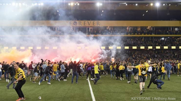 Die Fans stürmen den Platz