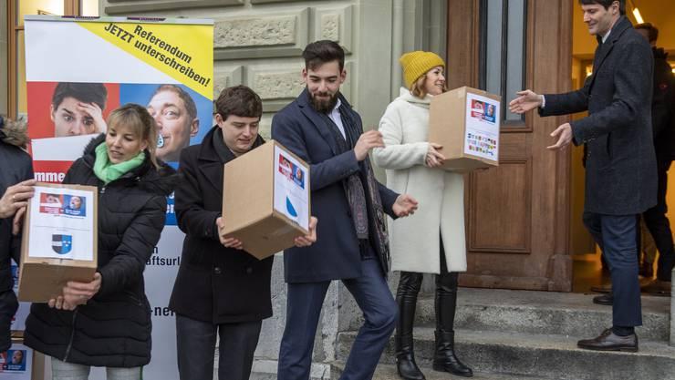 Mitglieder des Referendum-Komitees gegen den Vaterschaftsurlaub tragen die gesammelten Unterschriften am 23. Januar ins Bundeshaus.