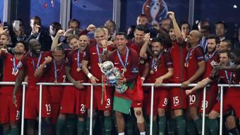 Für den Europameister 2020 gibt es Rekordpreisgeld. (Im Bild: Der verletzte portugiesische Superstar Ronaldo stemmt 2016 erstmals den EM-Pokal in die Höhe.