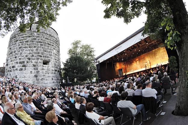 So genoss man Opern in den Anfangszeiten des Festivals: Open-Air auf der Schanze. Nur wenn es regnete, wich man in die Reithalle aus.