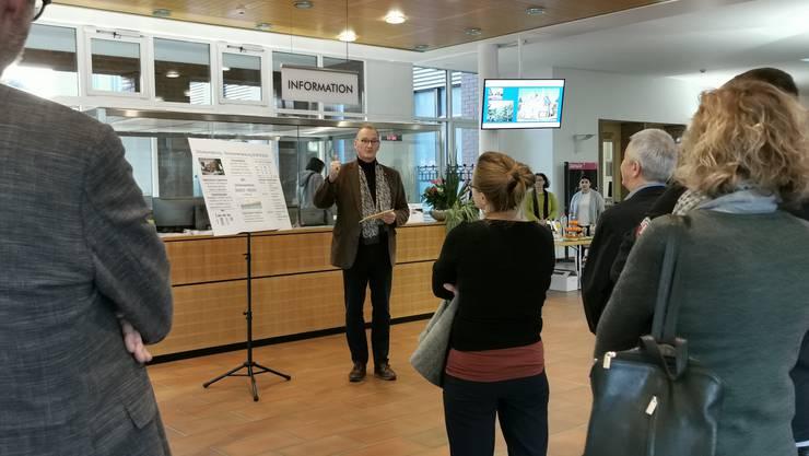 Schulvorstand Reto Siegrist stellte das Gesamtprojekt im Foyer des Dietiker Stadthauses vor.