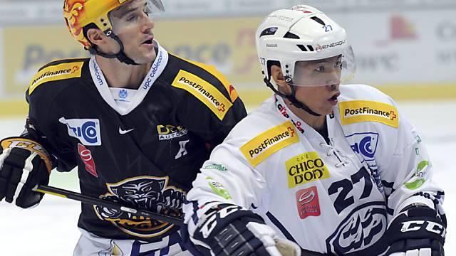 Luganos Brett Mc Lean (l.) und Ambris Richard Park beobachten das Geschehen.