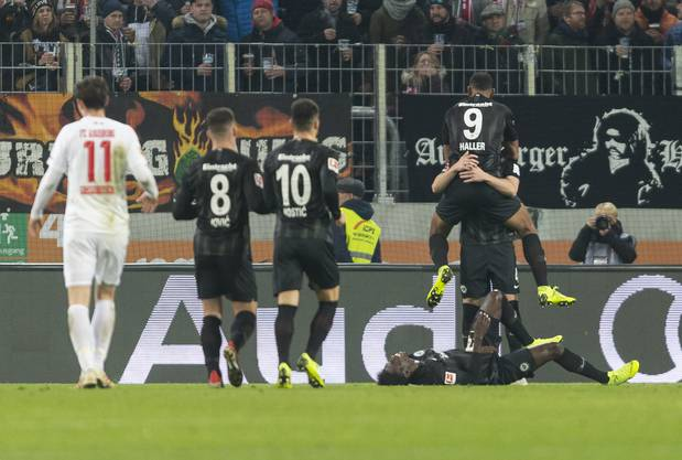 epa07187039 Frankfurt's Ante Rebic (covered) celebrates his side's third goal with team mates during the German Bundesliga soccer match between FC Augsburg and Eintracht Frankfurt in Augsburg, Germany, 24 November 2018. EPA/DANIEL MAURER (DFL regulations prohibit any use of photographs as image sequences and/or quasi-video)