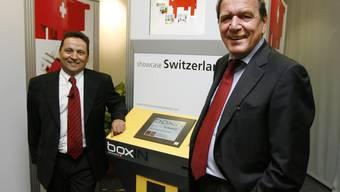 Claudio Cisullo präsentiert «Boxin» mit Gerhard Schröder. Mit diesen Automaten wollte Cisullo statt Zigaretten, Präservativen und Esswaren aller Art Hightech-Gadgets und Luxusgüter verkaufen.