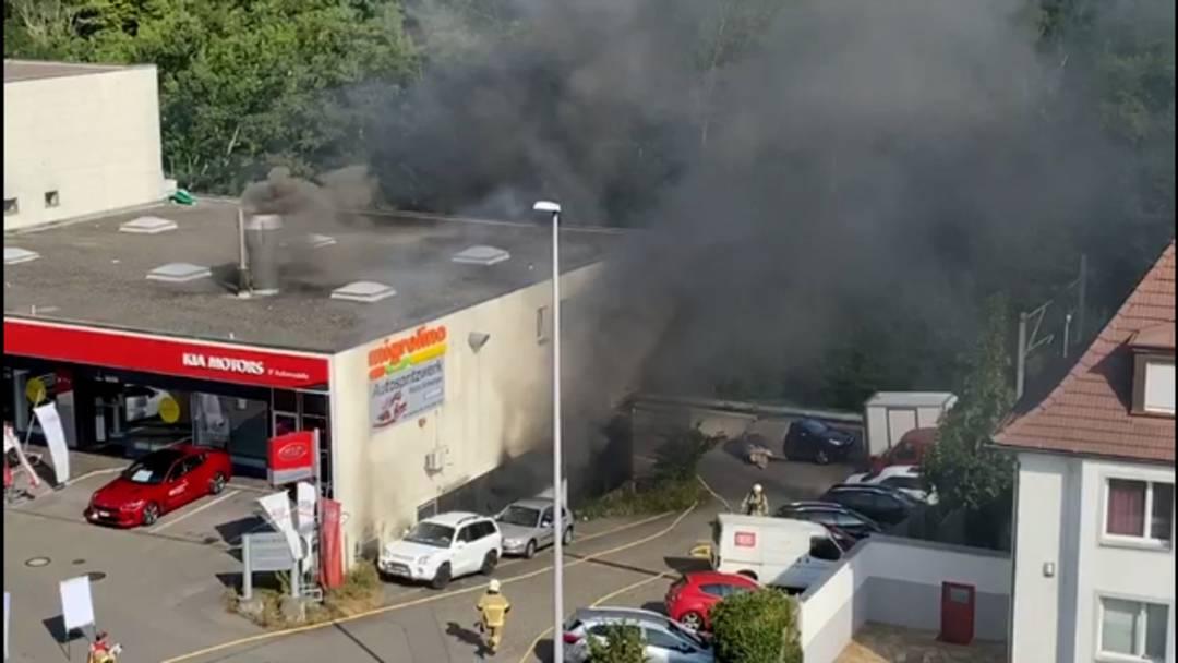 Feuerwehreinsatz bei Tankstelle in Baden: Brand in einem Spritzwerk ausgebrochen