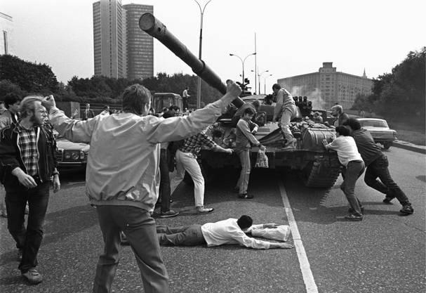 Demonstranten versuchen einen Panzer zu stoppen.