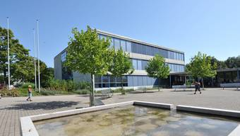 Ein Mädchen konnte vor einem Mann in die Schule flüchten – im Bild das Schulhaus Bläuen der Erzbachtal-Schulen. (Archiv)