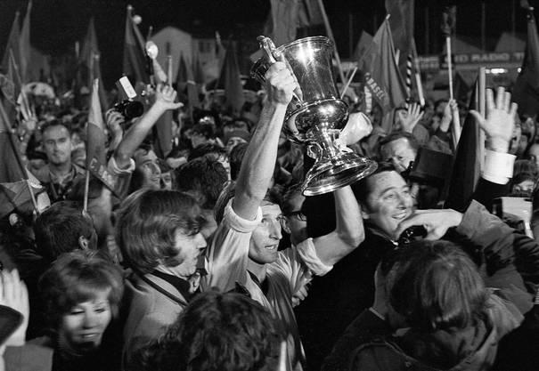 Der FC Basel gewinnt den Meistertitel 1970 und wird Fussball-Schweizermeister. Unzählige Fans sind im Freudentaumel als Captain Odermatt den Meisterbecher in Empfang nimmt.