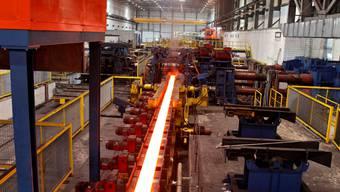 Auf der Walzstrasse werden Stahlknüppel vollautomatisch in Flachprofile «umgearbeitet».