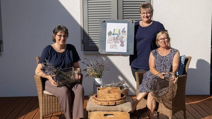 Organisationstrio: von links Cécile Meyer, Eveline Hirschi und Ruth Baumann mit dem speziellen Logo der Veranstaltung.