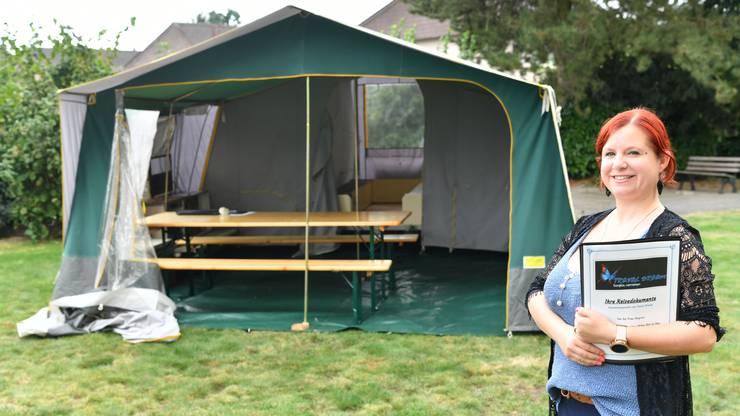 Diesen Zeltklappanhänger vermietet Deborah Winkelmann an ihren Kunden.