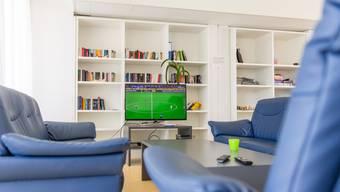Die Stube, die Küche und der Essbereich sind ein grosser, offener Raum. Zu festgelegten Zeiten dürfen die Patienten fernsehen.