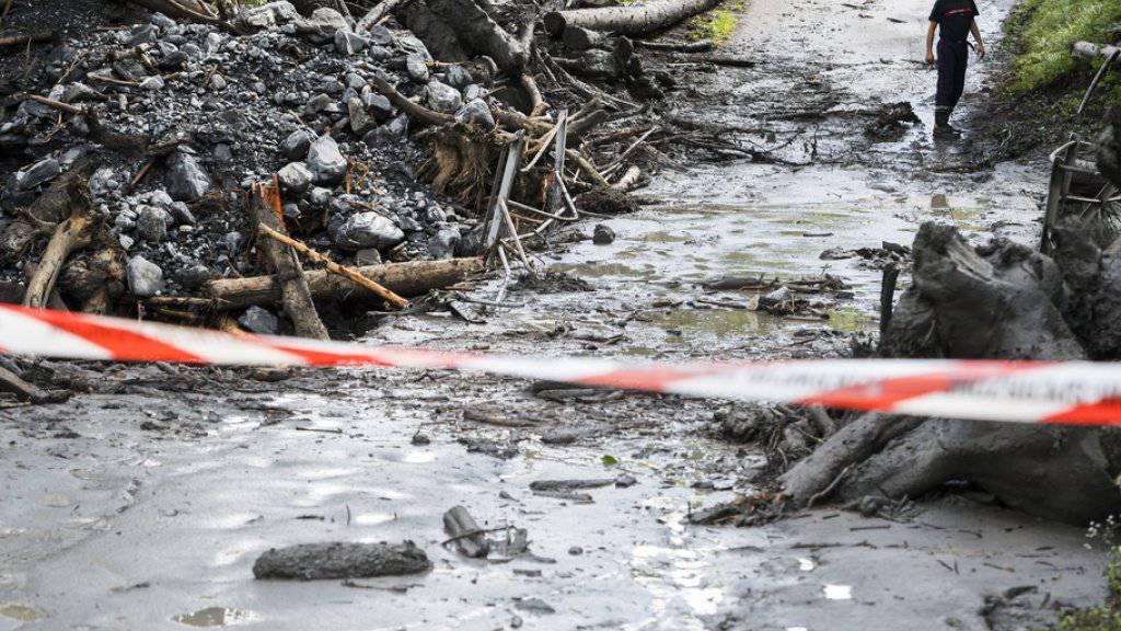 Nach dem Unwetter von Chamoson werden zwei Menschen weiter vermisst. Am Dienstagvormittag wurde die Suche nach den Opfern nach einem Unterbruch wieder aufgenommen. Die Polizei bittet um Hinweise.