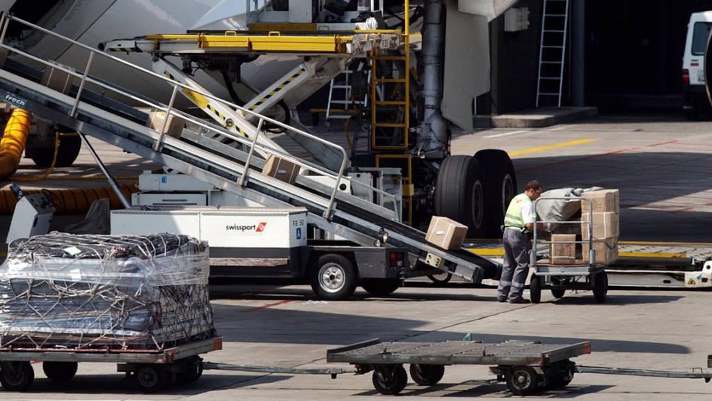 Die Fluggesellschaft Swiss hat rund 750 Sitze aus drei Flugzeugen ausgebaut, um Platz für Frachttransporte zu schaffen. (Archivbild)