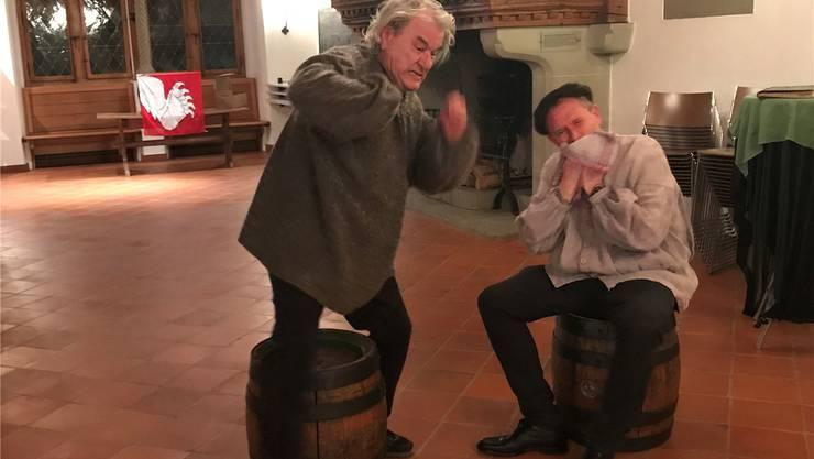 Amateur-Schauspieler Hanspeter Gautschi (links) und Jürg Rohrbach proben eine Szene aus «Bunte Vögel». sst