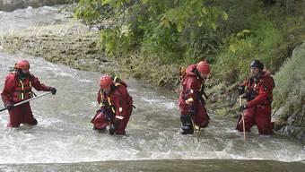Polizisten und Feuerwehrmänner suchen im Fluss Osablaha nach einer verunglückten Frau, die vermutlich im Fluss ertrunken ist. Augenzeugen hatten die Frau leblos auf dem Wasser treiben sehen, bevor sie dann jedoch in den Fluten verschwand. Foto: Jaroslav O?ana/CTK/dpa