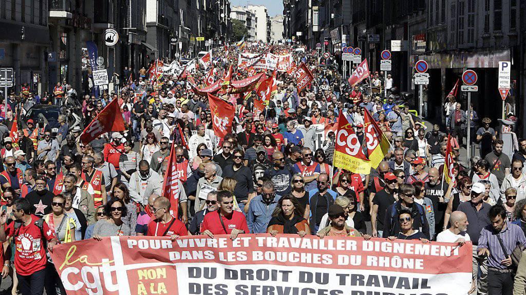 Mehrere zehntausend Menschen haben in Frankreich erneut gegen die geplante Arbeitsmarktreform von Präsident Macron demonstriert.