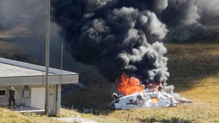 Das abgestürzte Helikopter-Wrack in Flammen.