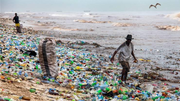 187 Staaten haben auf Drängen der Schweiz die Regeln beim Plastik-Abfall verschärft. So sollen in Zukunft Bilder wie dieser plastiküberschwemmte Strand in Ghana der Vergangenheit angehören. Keystone