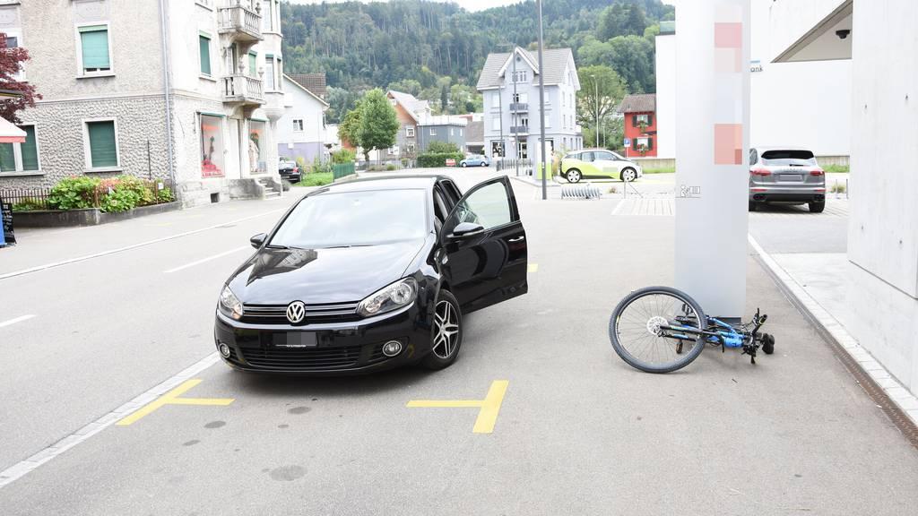 Autofahrerin öffnet Türe – Velofahrer fährt hinein