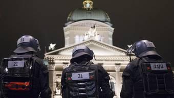 Polizisten beobachten das Bundeshaus und den Bundesplatz.