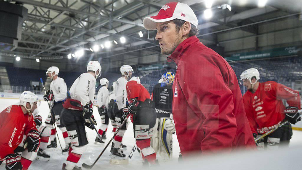 Coach Patrick Fischer (vorne) und die Schweizer vor den Spielen gegen Weissrussland