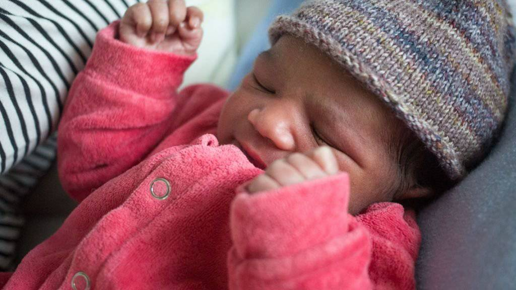Das Neujahrsbaby im Berner Inselspital kam um 3.43 Uhr auf die Welt: Es ist ein Mädchen, 2870 Gramm schwer und 49 Zentimeter gross.