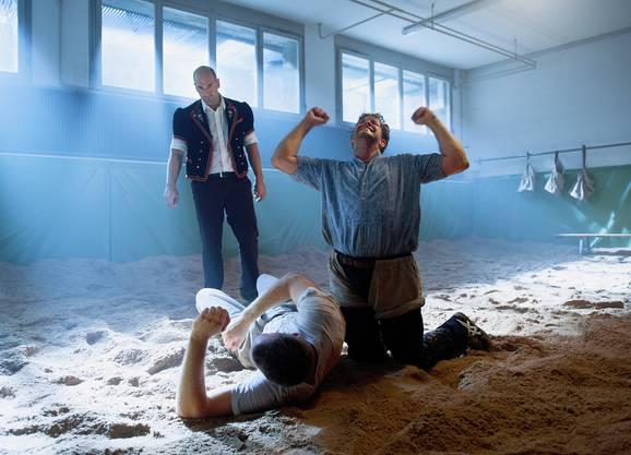 Jonathan Loosli als Dinu am Schwingen