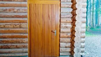 Zu sehen ist die Eingangstür des Waldhauses in Kirchleerau. Wir haben sie gestern Freitag geöffnet und wurden für kurze Zeit in die Kindheit zurückversetzt. Erinnerungen zur Begegnung mit den drei Gestalten, die momentan viel zu tun haben, wurden wach.