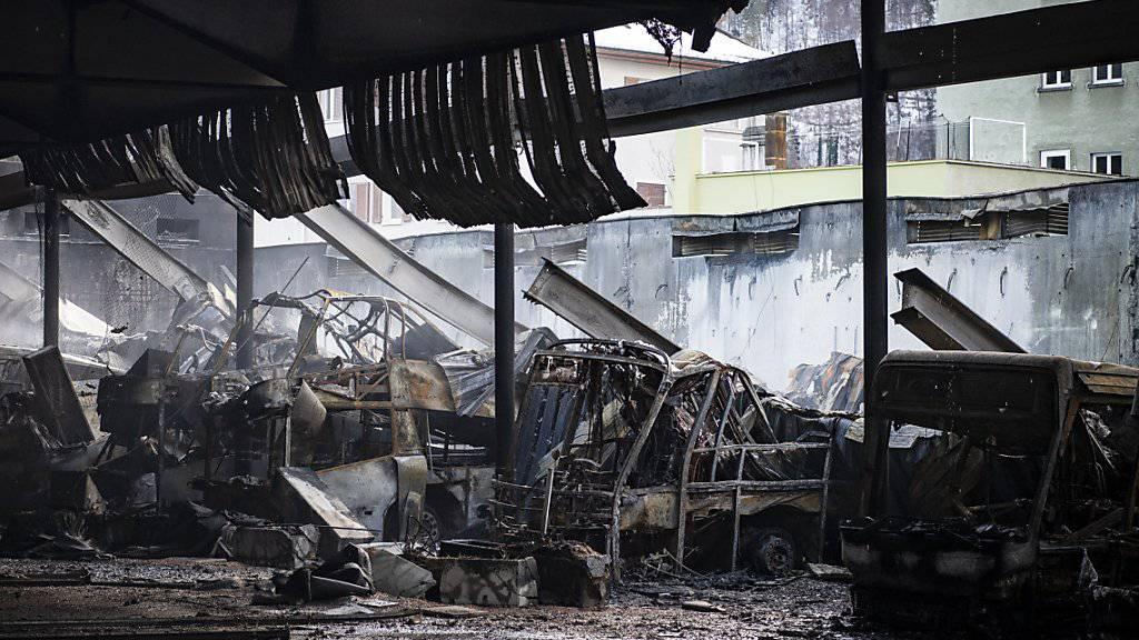 Blick auf zerstörte Fahrzeuge der Postauto AG in Chur. 20 Postautos fielen den Flammen zum Opfer. Der Schaden allein an den Fahrzeugen beträgt 7,5 Millionen Franken.