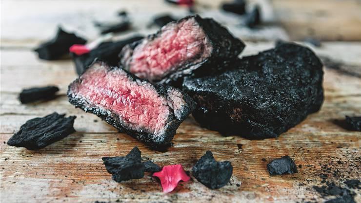 Auf glühenden Kohlen: Wer Fleisch direkt in die Glut legt, kommt in den Genuss intensiver Aromen.