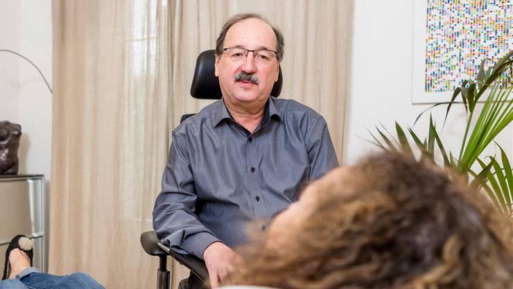 Hypnotiseur Hanspeter Ricklin in seiner Praxis: «Zehn Sekunden bis drei Minuten dauert es, bis meine Patienten in Trance sind.» Sandra Ardizzone