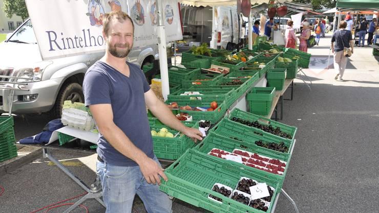 Landwirt und Marktfahrer Dominik Hess an seinem Stand am vergangenen Samstag am Wochenmarkt in der Bifangstrasse.