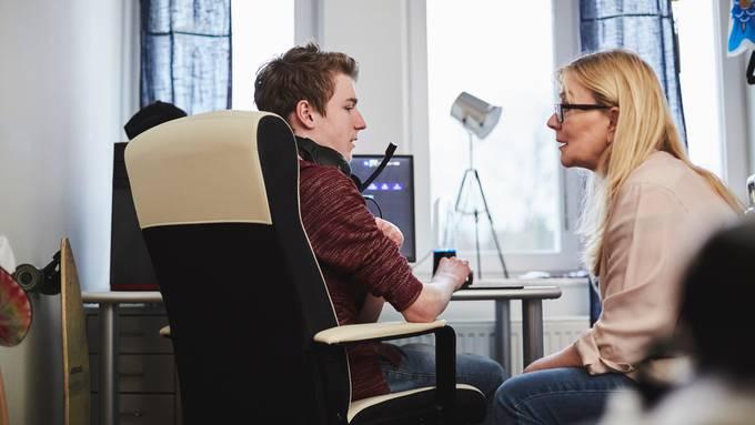 Mutter und Sohn im Gespräch – das sind oft schwierige, aber wichtige Momente.