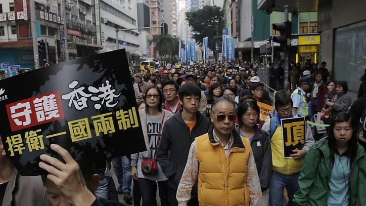 Tausende Hongkongerinnen und Hongkonger demonstrierten am Montag gegen die Einflussnahme Chinas in der ehemaligen britischen Kolonie.