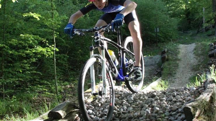 Der Mountainbiker Dominik Polana trainiert auf dem Bike-Lehrpfad in Gränichen. marcel siegrist