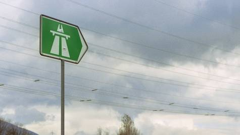 Weil es auf der Autobahn Stau gab, wollten viele Autofahrer über die Raststätte ausweichen. (Symbolbild)
